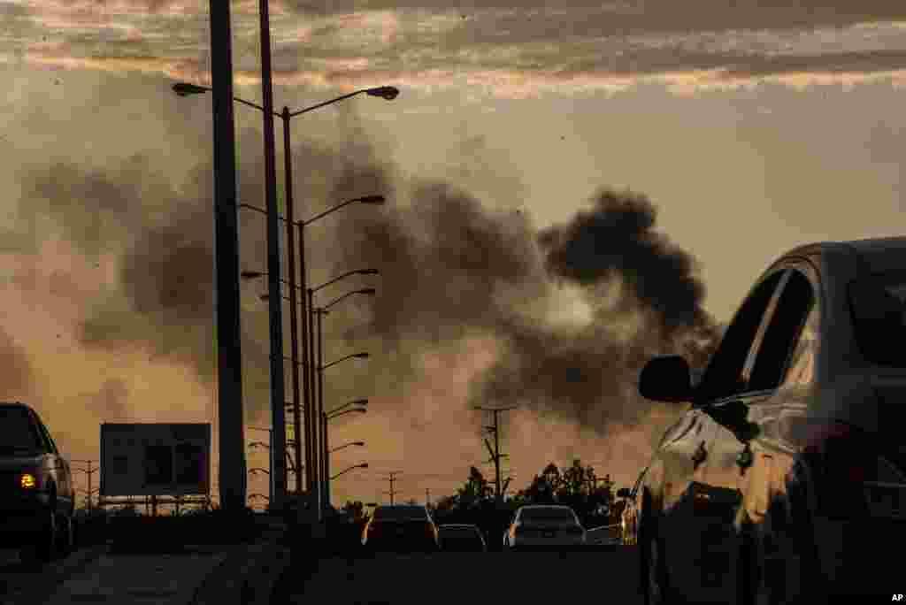 El humo de los autos en llamas se eleva en medio del tiroteo en Culiacán.