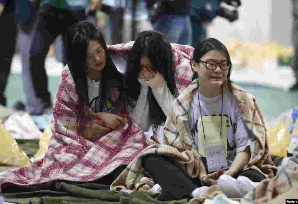 16일 한국 전남 진도 해상에서 침몰한 여객선 세월호에 탑승했다 구조된 학생들이 진도군 실내체육관에서울음을 터뜨리고 있다.