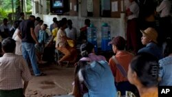 Warga Myanmar menunggu untuk mendapatkan perawatan pada klinik HIV dan TB (foto: dok). Asia Pasifik menghadapi kenaikan tajam penderita HIV di kalangan remaja.