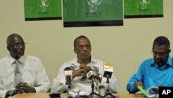 Justino Pinto de Andrade (centro) líder do Bloco Democrático