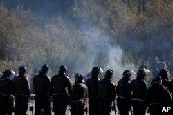 Policija ne dozvoljava migrantima da na prelazu Maljevac kod Velike Kladuše uđu u Hrvatsku, 25. oktobar 2018.