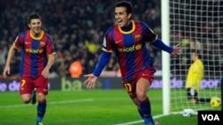 Pedro Rodríguez celebra su gol, al final del primer tiempo, con su compañero David Villa, quien también anotó un tanto en la goleada ante el Almería que terminó 5-0.