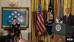 El presidente Obama agradeció al sargento Petry por su extraordinario servicio a la nación.