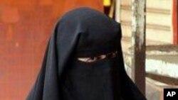 한 이슬람교 여성이 얼굴과 머리를 가리는 부르카를 착용하고 있는 모습.
