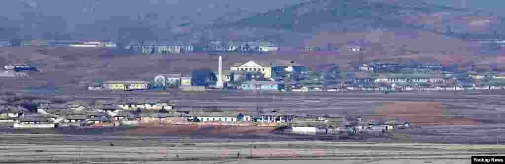 28일 한국의 강화군 평화전망대에서 바라본 북한 개풍군 일대 마을 전경.
