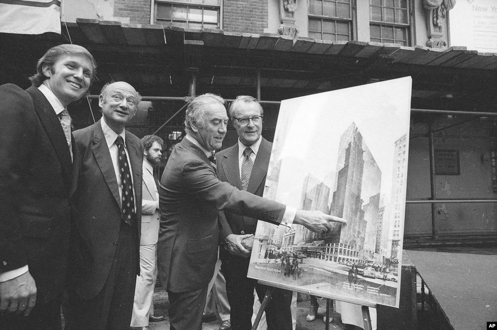 1978年6月28日,左起:城市建築開發商弗雷德·川普之子唐納德·川普,紐約市長郭德華,紐約州長Hugh Carey