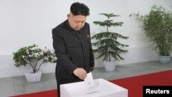 Lãnh tụ Bắc Triều Tiên Kim Jong Un đi bỏ phiếu bầu đại biểu Quốc hội tại trường đại học Kim Il Sung, ngày 9/3/2014.