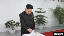 ေျမာက္ကိုရီးယားေခါင္းေဆာင္ Kim Jong ေရြးေကာက္ပဲြအတြက္ the Kim Il Sung တကၠသိုလ္ကို ေရာက္ရွိစဥ္။ (မတ္ ၉၊ ၂၀၁၄)
