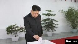 Pemimpin Korea Utara Kim Jong Un ambil bagian dalam pemilihan deputi Majelis Rakyat Tertinggi di Pyongyang (9/3). (Foto: Reuters/KCNA)