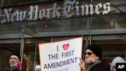 """Demonstranti ispred sedišta """"Njujork tajmsa"""" nose plakate u znak solidarnosti sa novinarima, 26. februara 2017. godine"""