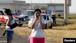 خانواده یکی از زندانیان در بیرون زندانی در برزیل. گروهای حقوق بشری می گویند درگیری در زندان های شلوغ برزیل عادی شده است.
