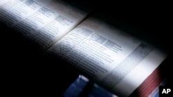 Un scanner passe sur un livre à l'Université du Michigan à Ann Arbor, au Michigan, le 21 Mars 2008..