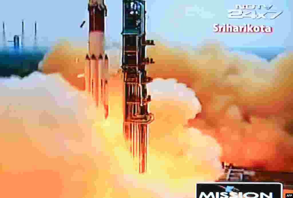5일 인도 NDTV 채널에 포착된 화성궤도 우주선 발사체의 모습.