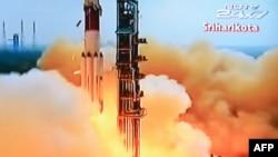 TV India menyiarkan peluncuran pesawat PSLV-C25 yang membawa wahana penjelajah Mars Orbiter dari fasilitas peluncuran roket Sriharikota, India hari Selasa sore (5/11).