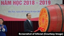 Chủ tịch nước Trần Đại Quang đánh trống khai giảng năm học mới tại trường Chu Văn An hôm 5/9/2018. (Hình chụp màn hình Infonet)