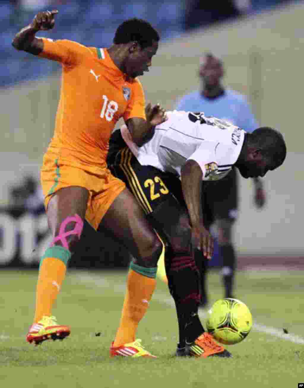 Abdul Kader Keita (L) of Ivory Coast fights for the ball with Jose Pierre Vunguidica of Angola during their African Nations Cup soccer match in Malabo January 30, 2012.