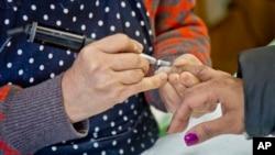 Thợ nail phục vụ khách hàng ở tiệm nail Castle, New York. Ảnh chụp ngày 8/1/2015 (AP Photo/Bebeto Matthews)