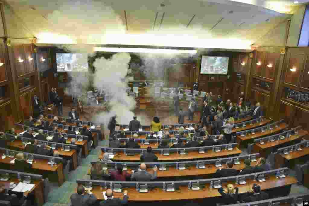 د کوزوو د پارلمان یو غړي د حکومت او اروپایی اتحادیې تر منځ د صربیا په اړه د یو قرارداد په اعتراض کی د اوښکي بهونکي ګاز په کارولو ناسته ګډه وډه کړه