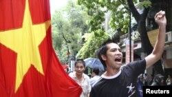 Người biểu tình chống Trung Quốc hô khẩu hiệu trong 1 cuộc biểu tình ở Hà Nội, 1/7/2012