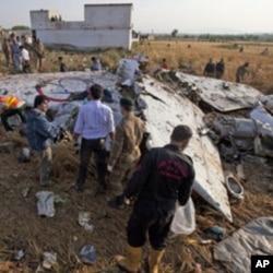 اسلام آباد ہوائی اڈے کے قریب گرنے والا بھوجا ائیر کے طیارے کا مبلہ (فائل فوٹو)