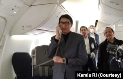 Duta Besar Indonesia untuk Jerman Arif Havas Oegroseno ikut melepas kepulangan ABK Indonesia di dalam pesawat. (Foto: Courtesy/Kemlu RI)
