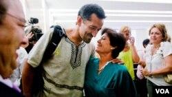 El personal del hospital La Fe, en Valencia, felicita al doctor Pedro Cavadas minutos después de que este hiciera sus declaraciones a la prensa.