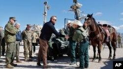 Quyền Bộ trưởng Quốc phòng Patrick Shanahan (giữa) bắt tay nhân viên tuần tra biên giới Carlos Lerma, tại trạm tuần tra Santa Teresa ở Sunland Park, New Mexico, ngày 23/2/2019.