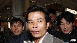 Ông Ðậu Ngọc Hùng, một trong số 23 thủy thủ trên tàu Vinalines Queen bị chìm ở Biển Đông, về tới phi trường Nội Bài ở Hà Nội, ngày 4/1/2012