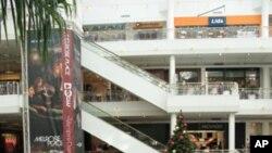 维州五角大楼购物中心圣诞树点缀节日气氛