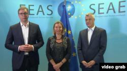 Predsednik Srbije Aleksandar Vučić i predsednik Kosova Hašim Tači sa visokom predstavnicom EU Federikom Mogerini u Briselu prošlog meseca