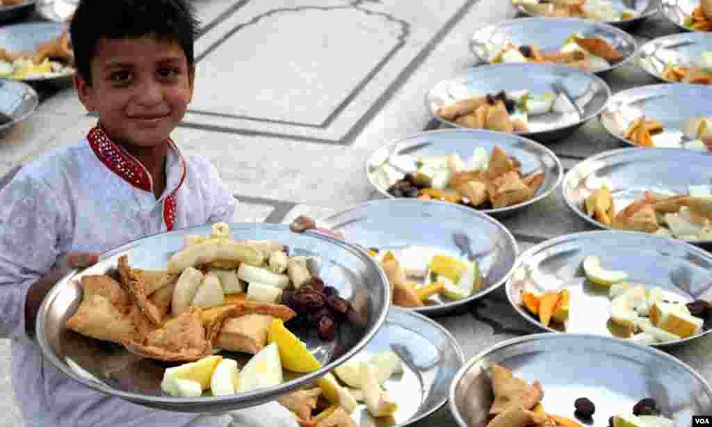 میمن مسجد کراچی میں پہلے روزے کے پہلے افطار کی تیاریوں میں شریک ایک بچہ