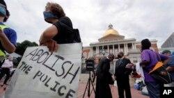 Protest ispred državne skupštine u Bostonu, 20. juli 2020.