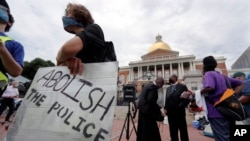 Protest ispred državne skupštine u Bostonu. 20. jula 2020.