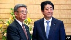 4일 아베 신조 일본 총리(오른쪽)와 오나가 다케시 오키나와 지사가 일본 도쿄의 총리 관저에서 만남을 가졌다.