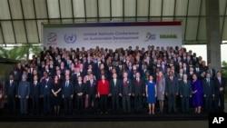 Para Presiden dan pemimpin dari sekitar 190 negara peserta KTT Rio+20 berpose bersama di Rio de Janeiro, Brasil (20/6). Konferensi lingkungan PBB di Brasil ini berakhir hari Jumat (22/6).