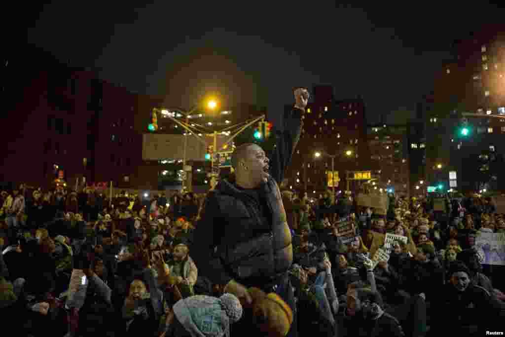 Para pengunjuk rasa berkumpul di Manhattan saat ratusan lainnya memadati jalanan kota New York, menyerukan keadilan atas kematian Eric Garner (5/12)