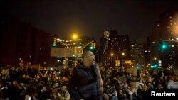 5일 저녁 뉴욕 맨해튼에 경찰의 부당함에 항의하는 시위대가 모여있다.