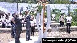 Le président rwandais Paul Kagame, accompagné par son homologue tanzanien Dr John Magufuli, allument au mémorial de Gisozi à Kigali, une flamme qui brûlera durant les cents jours de commémoration du 22e anniversaire du génocide au Rwanda, 7 avril 2016.