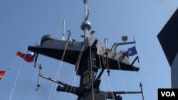 台湾海军2014年7月21日向外媒展示的一艘战舰的顶部 (美国之音黎堡拍摄)