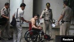 Petugas penjara Thailand mengawal Saeid Moradi di pengadilan Kriminal, Bangkok (Foto: dok). Saeid Moradi menyatakan tidak bersalah atas tuduhan memiliki bom dengan tidak sah dan menyebabkan ledakan yang merusak harta benda di Thailand.