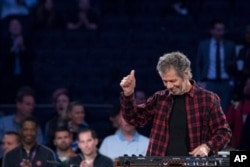 FILE - Pianist Chick Corea reacts to audience applause after performing the national anthem before the start of the New York Knicks' NBA basketball game against the Dallas Mavericks, Nov. 14, 2016, at Madison Square Garden in New York.