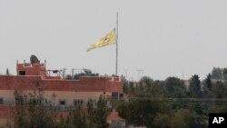 Zastava kurdskih snaga iznad Tal Abjada na granici Turske i Sirije, 16. jun 2015.
