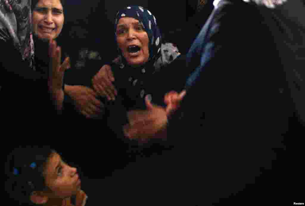 عزاداری مادر یک عضو حماس که به گفته پزشکان بیمارستان غزه در حمله هوایی اسرائیل کشته شد، در مراسم تدفین پسرش - غزه، دوم شهریور ۱۳۹۳