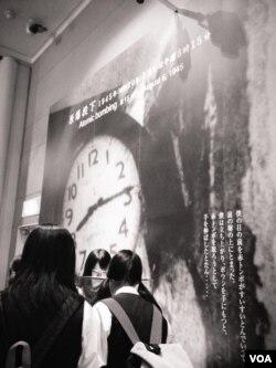 日本学生在广岛和平纪念馆内感受历史(美国之音记者萧雨拍摄)