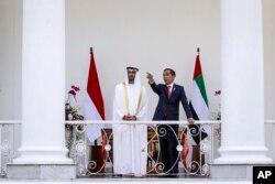 Pangeran Mahkota Abu Dhabi Sheikh Mohammed bin Zayed Al Nahyan (kiri), berbincang dengan Presiden Joko Widodo di Istana Kepresidenan RI di Bogor, Rabu, 24 Juli 2019.