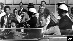 El presidente John F. Kennedy en una caravana junto a la primera dama Jacqueline Kennedy, momentos antes de ser asesinado en Dallas.