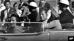 肯尼迪總統遇刺前,座駕在達拉斯市行駛。(資料圖片)