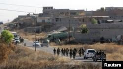 Pasukan Peshmerga Kurdi berkumpul di sebuah desa di Mosul, Irak, Mei 2016. (Reuters/Azad Lashkari)