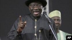 Goodluck Jonathan yana jawavi ga wakilai a taron PDP na tsayar da dan takarar shugaban kasa a Abuja.