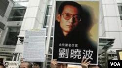 Para anggota parlemen dan aktivis pro-demokrasi di Hongkong membawa poster Liu Xiaobo, melakukan unjuk rasa menuntut pembebasan disiden Tiongkok tersebut (foto dokumentasi).